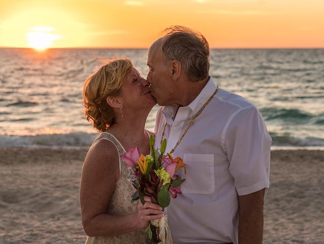 svatba staršího páru u moře