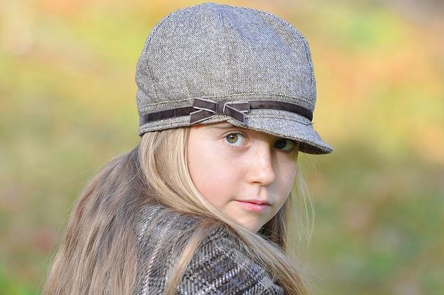 holčička v čepici s kšiltem