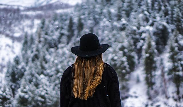 žena v černém s kloboukem¨