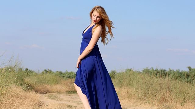 dívka modrých šatech