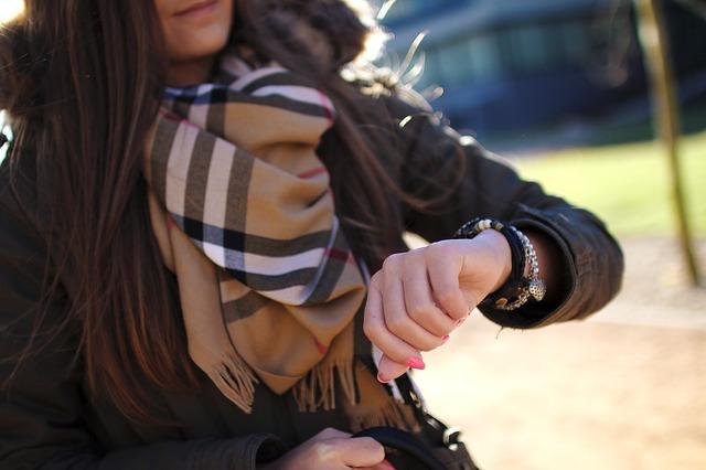 žena s hodinkami