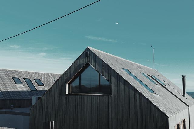 dřevěný dům se střešními okny