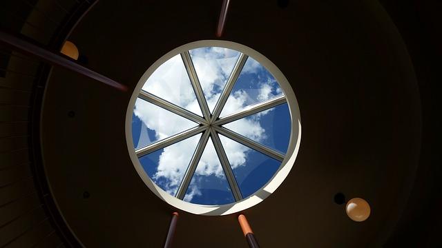 kruhové okno ve stropě