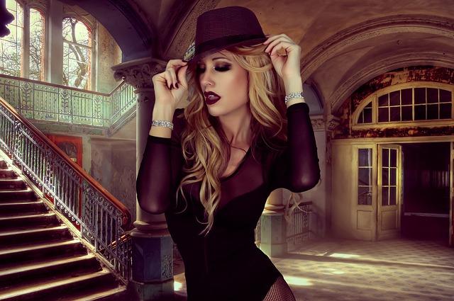 blondýna u schodů