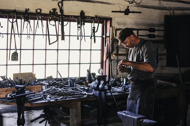 pracující kovář