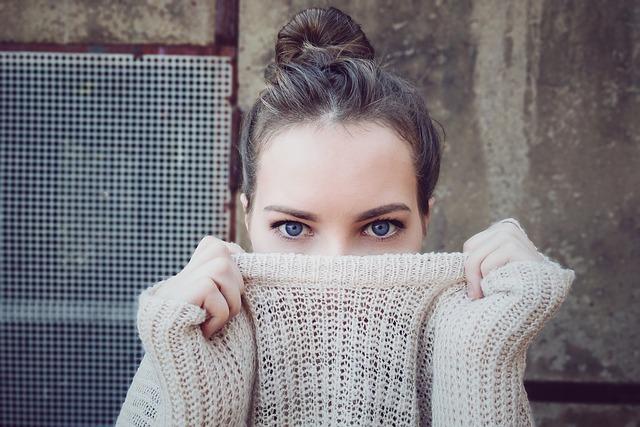 dívka ve svetru