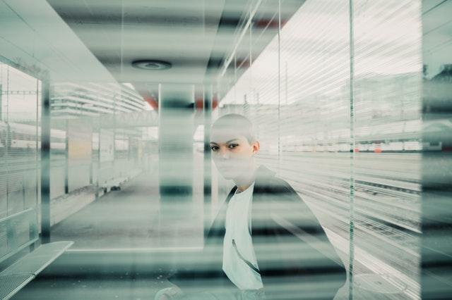 dívka za sklem