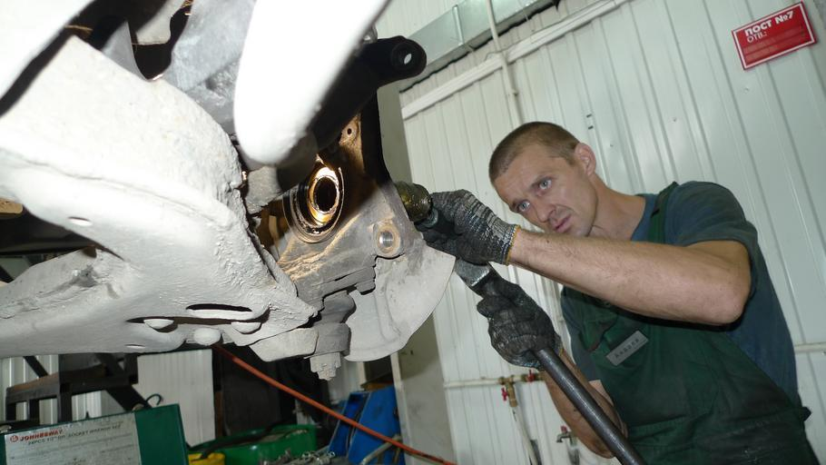 Automechanik, oprava auto, autoservis