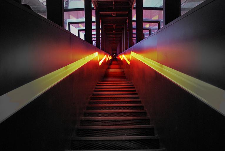 Schody, ísť dole schodmi, žlté pásy