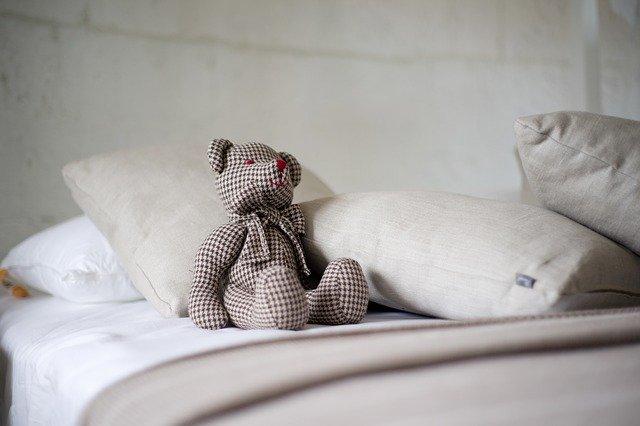 Vankúše a medveď v posteli