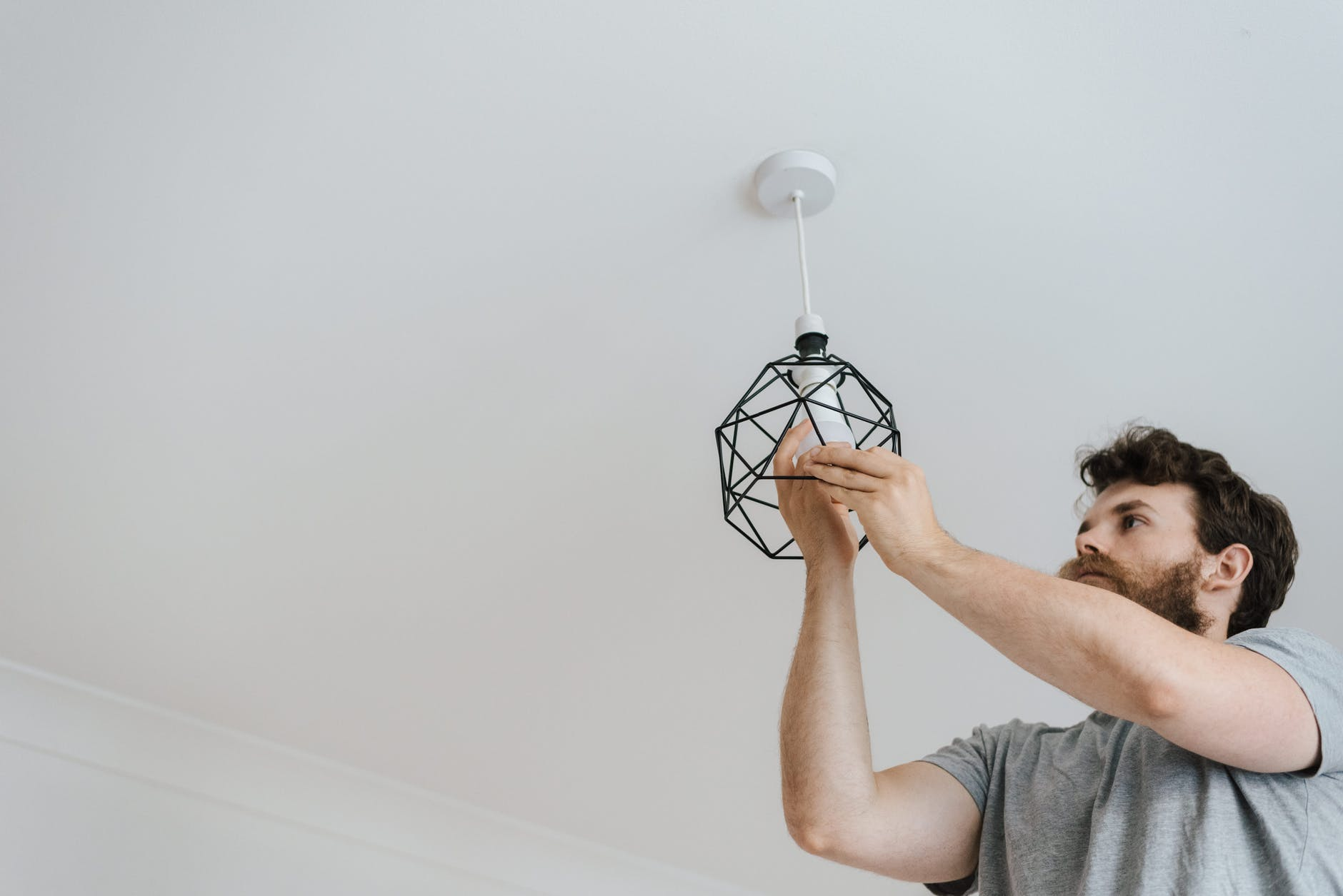 mení žiarovku