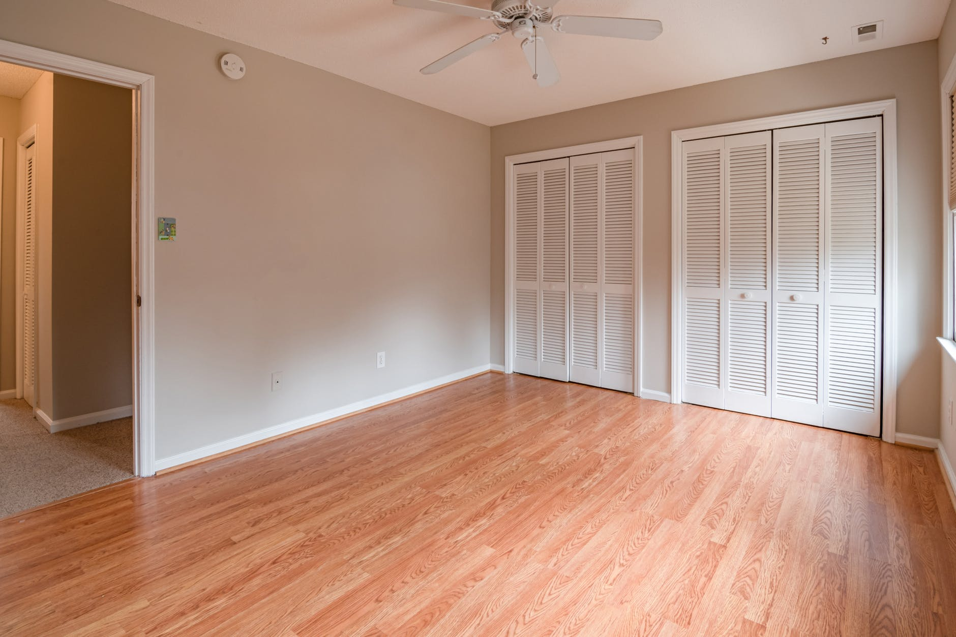 miestnosť, drevená podlaha